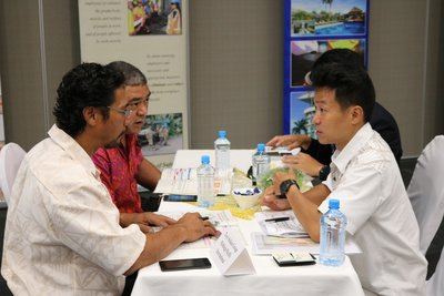 Japanese business delegates in conversation with Samoan businesses in Apia.