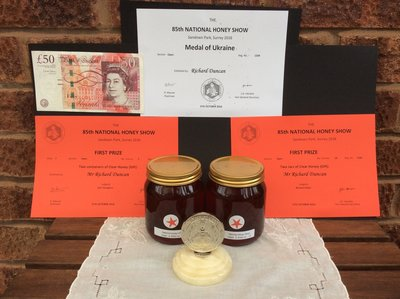 Honey from Niue and the award.